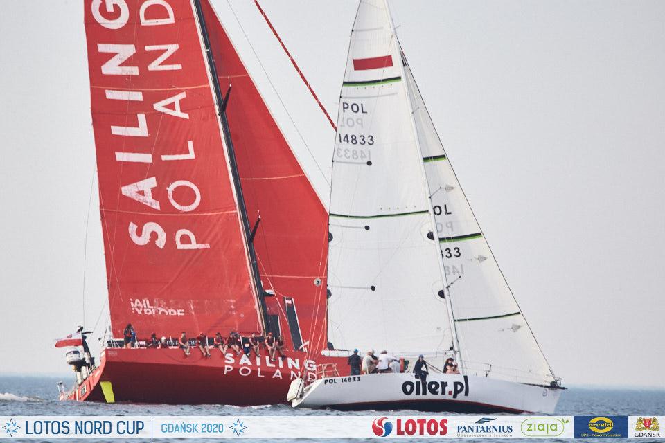 Jacht oiler.pl po starcie regat B8. W tle jacht Sailing Poland