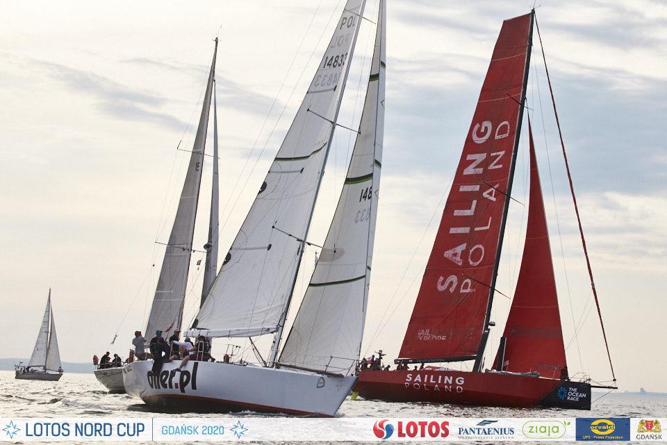 Team 10BFT: jacht oiler.pl na tle sailing poland na starcie regat B8