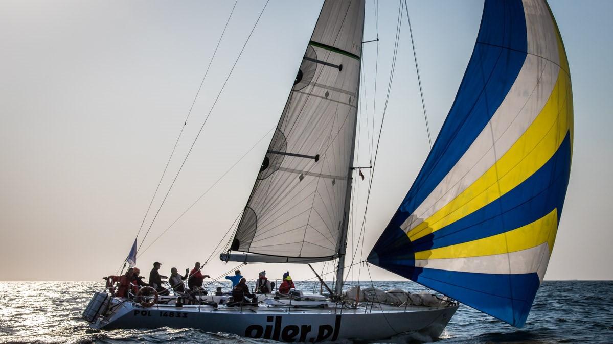 Team 10BFT opisuje: jacht oiler.pl żegluje z granatowo, żółto-białbym genuą oraz grotem. Na pokładzie dziewięcioosobowa załoga